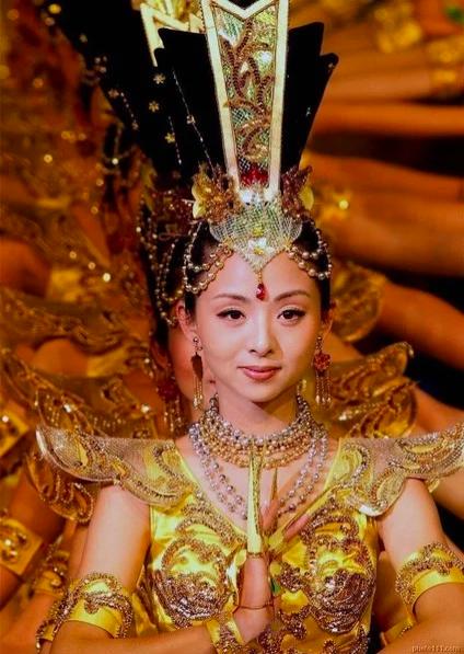 Screenshot 187 - Китай: фантастический танец тысячи рук в исполнении глухонемых девушек