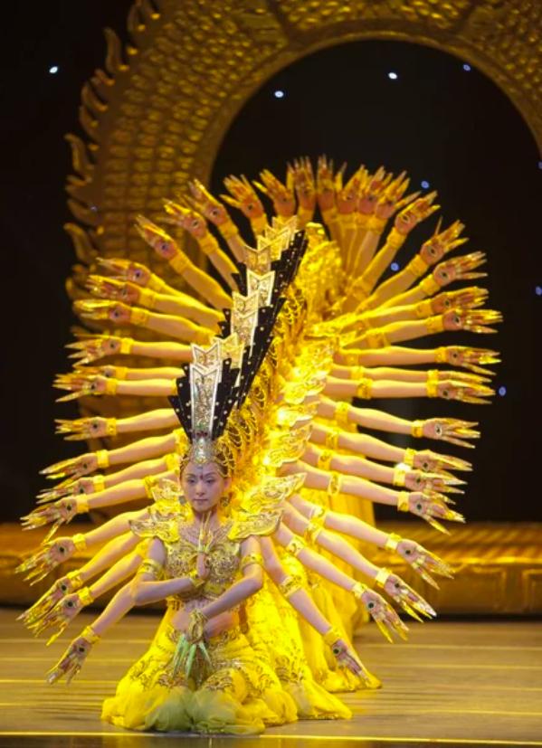Screenshot 188 - Китай: фантастический танец тысячи рук в исполнении глухонемых девушек
