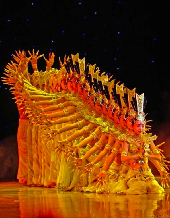 Screenshot 190 - Китай: фантастический танец тысячи рук в исполнении глухонемых девушек