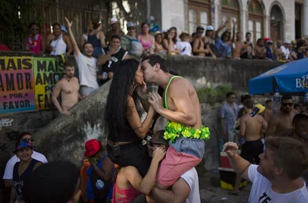 Screenshot 195 - Обратная сторона бразильского карнавала: всплеск рождаемости и кражи