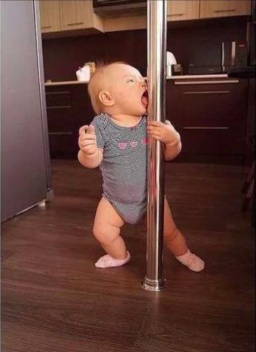 Смешное видео: самая маленькая звезда pole-фитнес)))