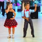 Мini-профессионалы отжигают на публике танцевальный mix из латины.