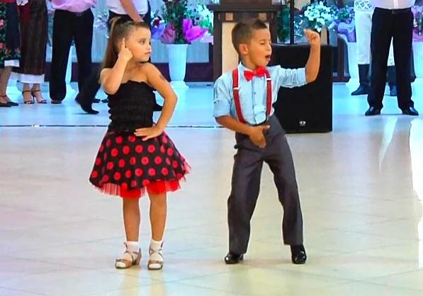 Screenshot 263 - Мini-профессионалы отжигают на публике танцевальный mix из латины.