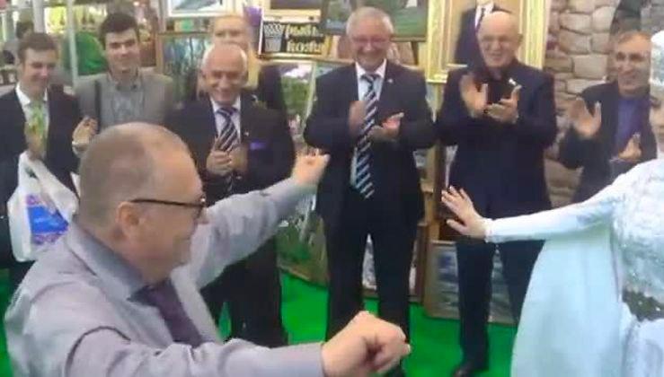Как политики отжигают и танцуют