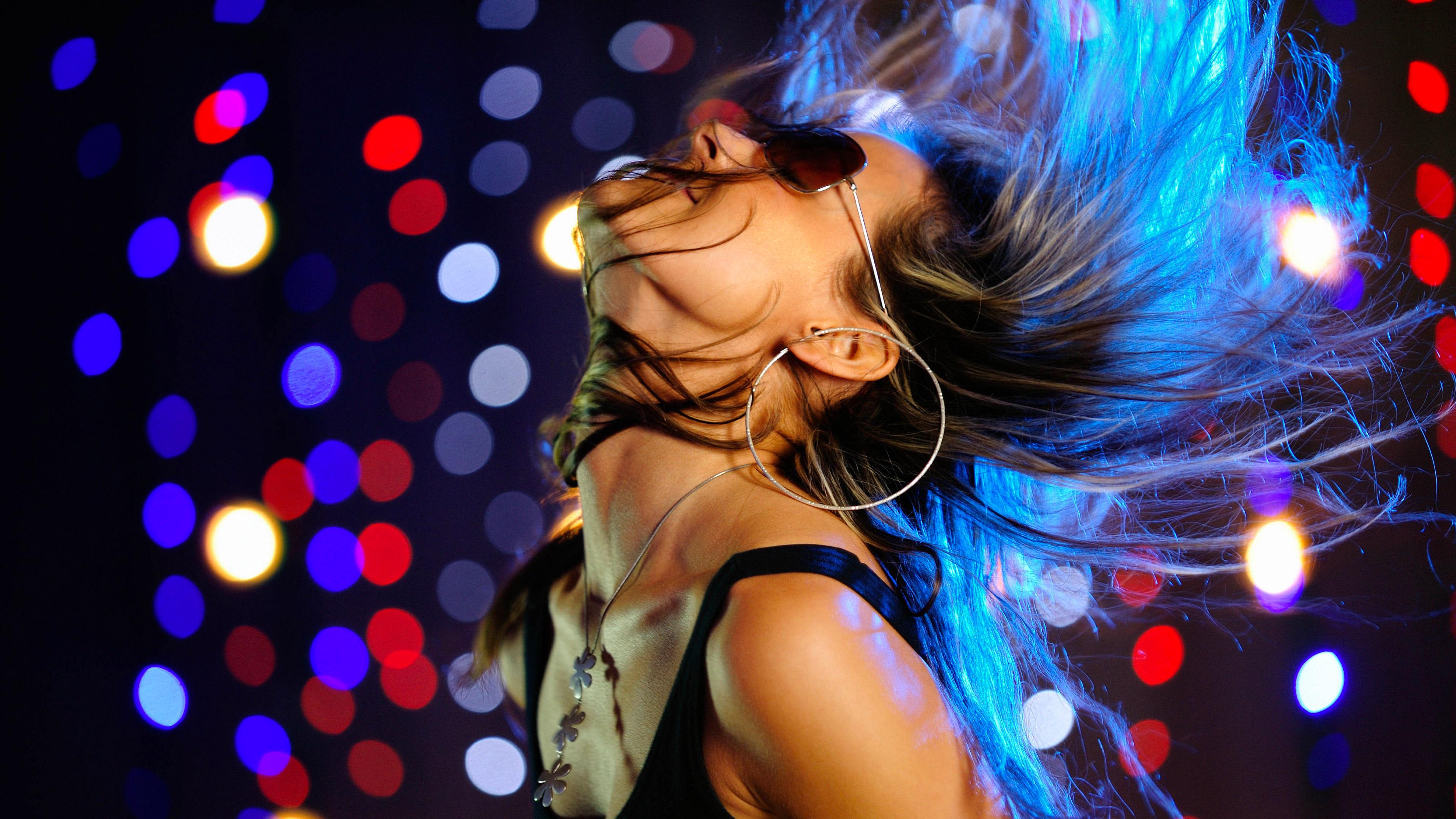 diskoteka klub devushka tanec dvizhenie volosy ochki ogni 77411 3840x2160 - Влияние популярных танцевальных стилей на характер