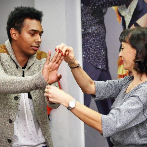 jBvz6VEMsgM 560x560 - Танец с тренером: как преодолеть неуверенность